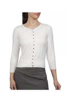Bílý svetřík s kulatým výstřihem a 3/4 rukávem  klasický kulatý výstřih zapínaní na černé knoflíčky 70% bavlna a 30% hedvábí možnost prát v pračce skladem poslední kus ve velikosti L