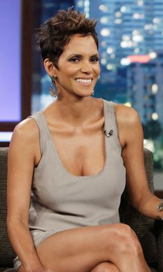 Halle Berry: You're Supposed to Spray Perfume Down Where? Halle Berry Shares Her Secret Scent Placement.spray between the legs.Halle Berry Shares Her Secret Scent Placement.spray between the legs. Pelo Halle Berry, Halle Berry Pixie, Halle Berry Style, Halle Berry Hot, Where To Spray Perfume, Halley Berry, Mini Robes, Actrices Hollywood, Celebs