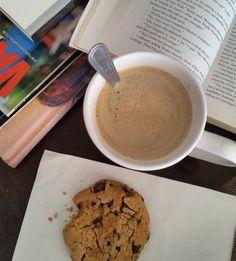 Tarde relax... café galletita de choco chips libros playa...