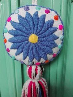 Borlas | Bordado Mexicano (por 15 Unidades) - $ 1.200,00 en Mercado Libre Pom Pon, Punch Needle, Holiday Ornaments, Hippie Style, 4th Of July Wreath, Margarita, Felt, Throw Pillows, Embroidery