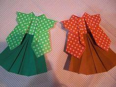 【nanapi】 連獅子(れんじし)は昔から伝わる折り方の一つで、色合いがおめでたく見栄えがします。著者は祖母に教わりましたが、様々な折り紙の本でもアレンジしたもの等を見かける人気の折り紙です。画像は緑と赤ですが、普通は紅白一対で折ります。 折り紙4枚(紅白一対分) のり 打掛の部分と袴の...