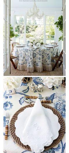 Mesa: azul, branco e bambu