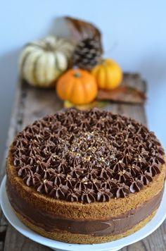 Prenez des épices chaudes, du chocolat, du potimarron, montez deux étages et vous voici prêts à faire une tenue de fête à ce dessert autom...