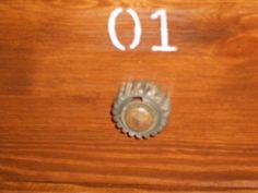 particolare dell'ingranaggio riciclato e montato come pomello della cassettiera