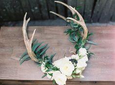 DIY Holiday Floral Antlers (With images) Antler Wall Decor, Antler Art, Deer Decor, Antler Jewelry, Deer Antler Crafts, Chandeliers, Antler Chandelier, Cow Skull Decor, Little Mac