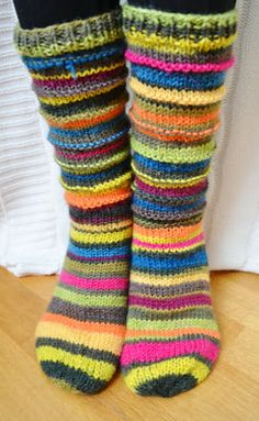 Korennon tanssi: Jämälankasukat Wrist Warmers, Knitting Socks, Slippers, Comfy, Fashion, Curtains, Knit Socks, Moda, Wristlets