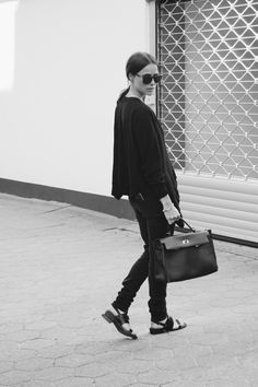 Simple things! Mehr gibts hier: http://www.blogger-bazaar.com/2016/05/04/17419/ Alexander Wang, black, Hérmes, Blogger, Lena Lademann, Shooting