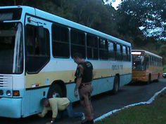 Ônibus que transporta presos no PR é flagrado com 32 celulares na lataria - Globos