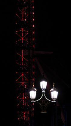 Objects . London Eye . Street Lamp . Lights in the dark . By Night | London, United King ~ Ph. Dani Carvalho