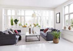 Sofaen og salongbordet er fra Møblia, putene fra Society, Milla Boutique og Eske Interiør, teppe fra Chhatwal & Jonsson, og lampen Tolomeo Mega er fra Artemide. Inni det plassbygde skapet er tv-en skjult.
