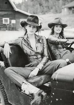 Vogue Italia, 1996. Models : Cindy Crawford & her sister. S)