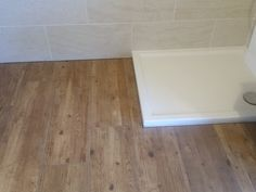Teak, Hardwood Floors, Flooring, Tile Floor, House Styles, Valencia, Diy Bathroom Tiling, Living Room, Small Toilet