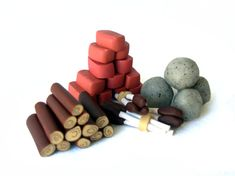This set of Agricola clay building resources, designed for the board game Agricola, comes with 33 logs, 33 clay bricks, 18 stones, and 15 reed