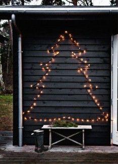 kerstboom gemaakt van verlichting.leuk voor buiten