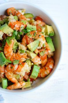 This light and simple Shrimp Avocado Summer Salad uses only a few simple ingredients with a zesty lime olive oil dressing that adds a burst of fresh flavor! Avocado Recipes, Healthy Salad Recipes, Diet Recipes, Cooking Recipes, Seafood Dishes, Seafood Recipes, Avocado Toast, Sauce Pizza, Shrimp Avocado Salad