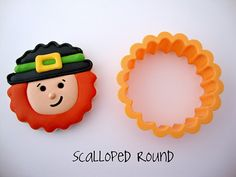 st. patrick's day cookies - leprechauns using scalloped round