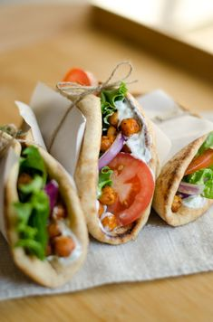 Roasted Chickpea Gyros This Roasted Chickpea Gyros recipe is easy vegetarian dinner for feeding everyone on busy weeknights! The post Roasted Chickpea Gyros & Cooking appeared first on Easy dinner recipes . Veggie Recipes, Cooking Recipes, Healthy Recipes, Picnic Recipes, Picnic Ideas, Vegetarian Gyro Recipe, Garbanzo Bean Recipes, Gourmet, Picnic