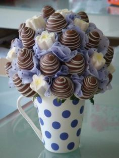 Chocolate covered strawberries for Valentine's Day! Edible Fruit Arrangements, Edible Bouquets, Chocolate Dipped Strawberries, Strawberry Dip, Chocolate Bouquet, Candy Bouquet, Cake Pop Bouquet, Homemade Chocolate, Melting Chocolate