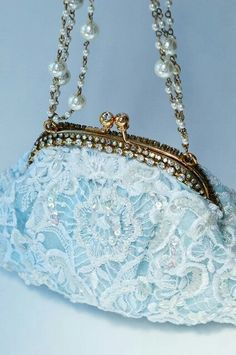 Embellished bridal evening bags by Stella Mazza are a statement piece representing your own individuality and uniqueness. Vintage Clutch, Vintage Purses, Vintage Bags, Vintage Handbags, Vintage Shoes, Beaded Purses, Beaded Bags, Clutch Purse, Coin Purse