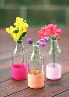 Annie Sloan Krijtverf en Annie Sloan Workshops www.debestekalkverf.nl  Wist je al dat je met Annie Sloan Chalkpaint ook op glas kunt verven?! Beschilder een lege fles, pot of vaas en zet er een fleurig lenteboeket in! Op Pinterest vonden wij alvast wat fijne inspiratiebeelden :)