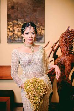 Dressed by Sadhana siriwadhana White Saree Wedding, Sari Wedding Dresses, Bridal Dresses, Saree Blouse Patterns, Saree Blouse Designs, Sri Lankan Bride, Srilankan Wedding, Bridesmaid Saree, Saree Styles