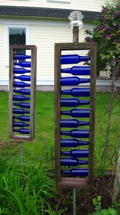 Yard art - Different form of bottle tree. Great blue accents for garden or on backside of garage Wine Bottle Art, Blue Bottle, Bottle Wall, Diy Bottle, Wine Bottle Garden, Bottle Crafts, Wine Bottle Trees, Blue Glass Bottles, Bottle Candles