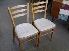 Set of two dining chairs --------------------- £10 (pc587)