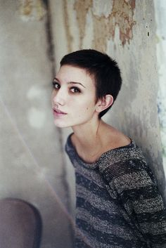 There are too many different ways to try short hair. Especially in recent times pixie hair cuts are very popular, and have many different kinds. Very Short Hair, Short Hair Cuts, Short Hair Styles, Buzzed Pixie, Pixie Cut, Buzzed Hair Women, Short Pixie Haircuts, Pixie Hairstyles, Hairstyles 2018