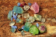 Looking for beautiful and colorful gemstone countertops, bars, stairs or walls? Factory Plaza offers semi-precious gemstone counters at affordable prices. Gemstone Countertops, Mens Sterling Silver Necklace, Jewelry Center, Rose Gold Jewelry, Gold Jewellery, Gemstone Colors, Semi Precious Gemstones, Jewelry Crafts, Jewelry Making