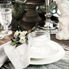 Não é preciso muito para criar uma linda composição para a sua mesa! Basta escolher um aparelho de jantar clássico + jogo americano e guardanapo que conversem entre si! #laville #lavillecasa #decoracao #decor #mesa
