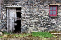 Ireland #lucybeelsphotography #locketphotography #photography #photographer #photooftheday #ireland #countykerry #killarney #photographytrip #travelphotography #dinglepeninsula #dingle #faminecottage #history #abandoned #memorial #stone #unique #photo #camera #light #day #depthoffield #aperture #shutterspeed http://tipsrazzi.com/ipost/1512513510479228423/?code=BT9hwYuF-4H