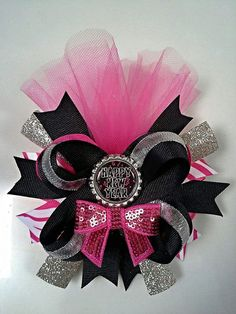 Happy New Year Hair Bow for girls, toddlers. Boutique stacked hair bow for girls. Pink and Black hair bow for girls - Little black girl hairstyles Pink And Black Hair, Black Hair Bows, Making Hair Bows, Diy Hair Bows, Ribbon Hair, New Year Hairstyle, Homemade Bows, Stacked Hair, Boutique Hair Bows