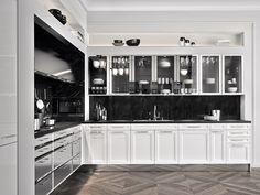 De BeauxArts.02 keuken uit de SieMatic Classic-lijn beschikt over lades van rvs en gepolijst nikkel. Gecombineerd met wit en het zwart van het marmeren keukenblad geeft het deze keuken een rijke uitstraling. #MandemakersKeukens