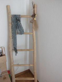 Una escalera ,como guardaropa