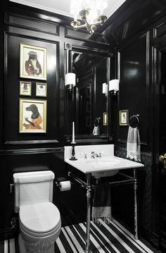 Salle de bains et toilettes peints en noir pour les amis