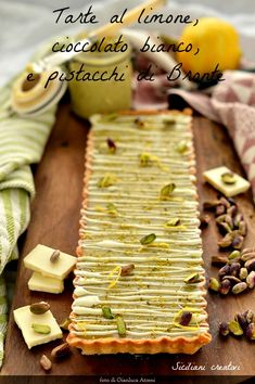 White Chocolate Tart, lemon and pistachio: the intense scents of the Sicilian pastry in a summer dessert that is eaten cold. Tart Recipes, Sweet Recipes, Dessert Recipes, Cooking Recipes, Sweet Wine, Sweet Tarts, Eclairs, Yummy Snacks, Holiday Recipes