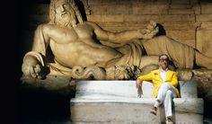 """La grande bellezza (2013), di Paolo Sorrentino - L'imponente scultura è il """"Marforio"""", una delle cosiddette """"staute parlanti"""" di Roma. Conosciuta già nel XII secolo, la statua si trova nel cortile dei Musei Capitolini."""