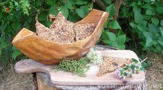Knäckebrot selbst herzustellen ist gar nicht so schwer und mit ein paar gesunden Wildkräutern und Blüten verleihst du ihm noch einen besonderen Geschmack