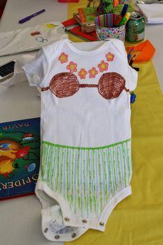 Decora una prenda de bebe como parte de los juegos para un baby shower como lo son enterizos, camisetas, etc. #JuegosBabyShower