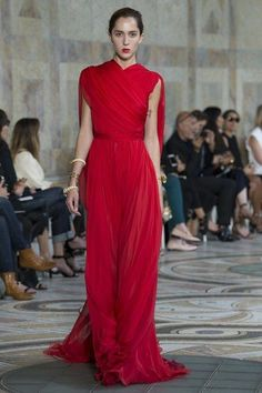 Giambattista Valli Fall 2017 Couture Fashion Show Collection: See the complete Giambattista Valli Fall 2017 Couture collection. Look 38 Style Haute Couture, Couture Fashion, Runway Fashion, Juicy Couture, Paris Fashion, Red Fashion, Fashion Week, High Fashion, Fashion Hair