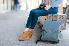 Bellbrook Gray - Johansen Kamerarucksack Dieser Kamerarucksack aus wasserabweisendem, amerikanischem Waxed Canvas (gewachstes Segeltuch) ist komfortabel zu tragen, praktisch zum Fotografieren und zudem sehr schick. Kameratasche | Fototasche | shootbags.com