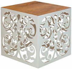 Em forma de cubo (40 cm de cada lado), este pufe de ferro recortado a laser tem assento de madeira de demolição. Vale 998 reais na Raízes Design.