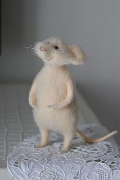 needle felted mouse; валяная мышка