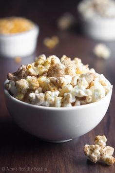 Skinny Pumpkin Spice Kettle Corn -- you just need 4 ingredients & 15 minutes to make this easy recipe! It's SO addictive. We never have leftovers! Popcorn Toppings, Flavored Popcorn, Popcorn Recipes, Healthy Popcorn, Healthy Snacks, Baked Pumpkin, Pumpkin Spice, Easy Appetizer Recipes, Appetizers