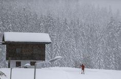 Seorang pria melakukan ski di desa Seefeld, Austria.