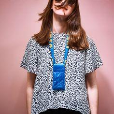 Eine Frau trägt eine selbst gemachte Handytasche.