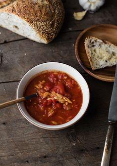 Cette petite soupe est toute simple à cuisiner et elle est à base de quelques ingrédients que vous avez probablement déjà à la maison. C'est également une bonne manière de passer un restant de pâtes.