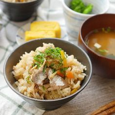 「サバ缶で和風炊き込みごはん」のレシピと作り方を動画でご紹介します。炊飯釜にサバ缶を汁ごと入れてふっくら炊き込みました。使う具材も調味料もシンプルですが、サバの旨味がたっぷりお米に染み込んで、やみつきになるおいしさです。