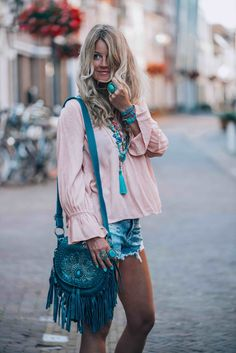 The perfect little boho bag you have been looking for this summer! Beautiful fringe and a turquoise statement stone to make you stand out. Boho Look, Princesas Disney, Casual Wear, Kimono Top, Bohemian, Turquoise, How To Wear, Bags, Beautiful