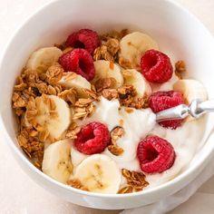 Homemade Maple Cinnamon Granola - how to eat healthy Healthy Breakfast Recipes, Healthy Snacks, Healthy Recipes, Healthy Milk, Healthy Fruits, Eating Healthy, Think Food, Love Food, Food Goals
